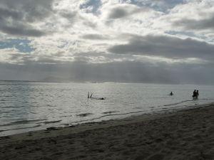 Mraky (a zrejme i dážď) nad neďalekým ostrovom Moorea