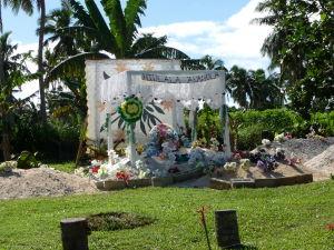 Jeden z hrobov na miestnom cintoríne