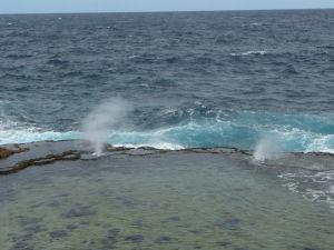 Blowholes na Tonge - Prieduchy, cez ktoré strieka príbojová voda