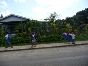 Miestne deti v školských rovnošatách