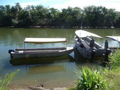 Loďky na rieke pre prepravu na ostrov
