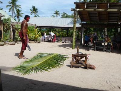 Príprava na otvorenie kokosového orecha