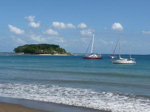 Pláž na Vanuatu a ostrov Hideaway, na ktorý sa da za odlivu prejsť i suchou nohou