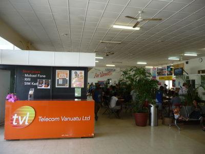 Odletová hala hlavného letiska na Vanuatu v Port Vila