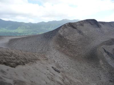 Okraje krátera sopky Yasur