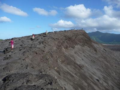 Okraj krátera sopky aj s frontou