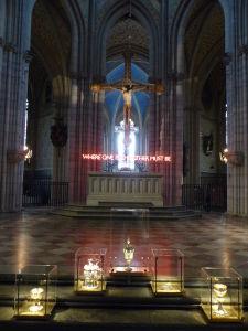 Uppsalská katedrála - Hlavný oltár (ano, s neónmi)