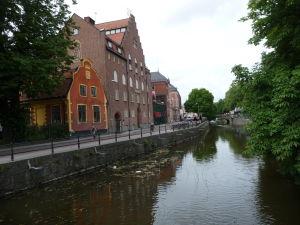 V uliciach Uppsaly - Nábrežie rieky Fyrisån