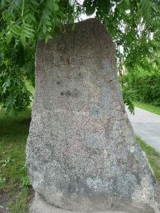 Vikingské runy vytesané v skale