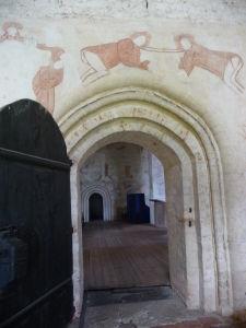 Fresky v Kostole sv. Kríža v Hattule - fresky nad vstupom prikazovali pred vstupom do kostola zabudnúť na všetky svetské problémy