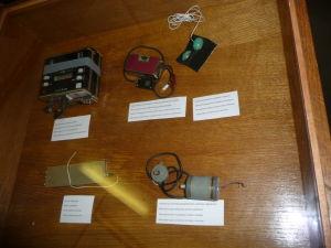 Rôzne odpočúvacie zariadenie, vrátane toho skrytého v manžetách