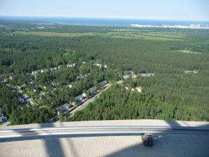 Výhľad z TV veže - Dolu koľajnica pre pripevnenie sa lanom pre prechádzky po vonkajšom obvode platformy