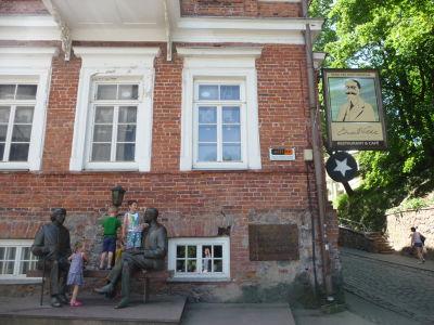 Sochy spisovateľov Oscara Wilda a Eudarda Vildeho (estónsky spisovateľ z Tartu)