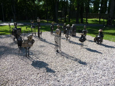 Skupinka skulptúr s názvom Rytierska prehliadka