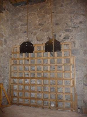 Expozícia vo veži - padajúca mreža pre zatvorenie vstupu