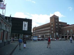 Múzeum okupácie Lotyšska (tmavá budova vľavo)