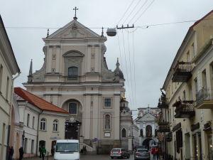 Kostol sv. Terezy, vpravo vzadu Brána úsvitu