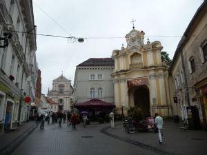 Vľavo Kostol sv. Terezy, vpravo brána k Chrámu sv. Trojice