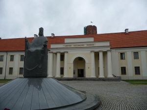 Národné múzeum vo Vilniuse a socha litovského kráľa Mindaugasa