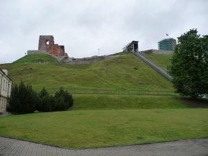 Pohľad na starý hrad vo Vilniuse spod kopca