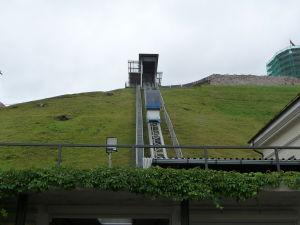 Lanovka na kopec, na ktorom stojí starý hrad