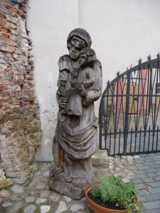 Vyrezávaná socha pred Chrámom sv. Anny