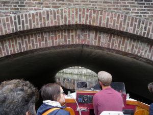 Ghent - plavba po kanáloch mesta - pod niektorými mostmi je naozaj veľmi málo miesta