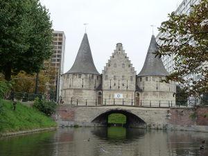 Ghent - plavba po kanáloch mesta - väčšinou sa končí pri jednej zo starých mestských brán