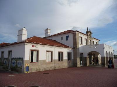 Železničná stanica v Évore je tiež ladená do biela