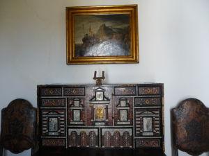 Zdobená skrinka, ktorá je súčasťou nábytkového vybavenia paláca