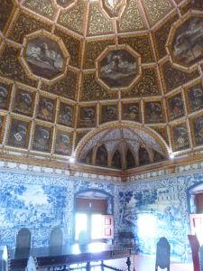 Sála erbov so zdobeným stropom a stenami obloženými dlaždicami azulejos