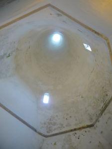 Útroby kužeľovitého komína, typického pre Národný palác