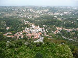 Takýto výhľad na okolitú krajinu mali obrancovia hradu - v strede mesto Sintra