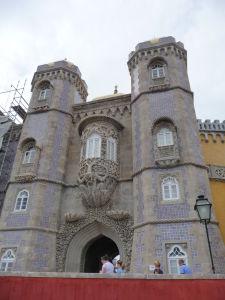 Vstupná brána do paláca, zdobená (ako inak) dlažicami azulejos
