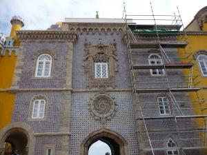 Vstupná brána do paláca zvnútra, zdobená (ako inak) dlažicami azulejos