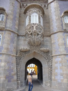Masívna vstupná brána do paláca s dlaždicami azulejos