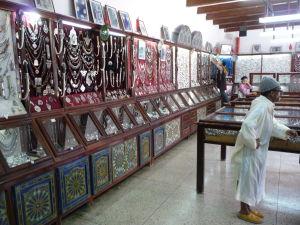 Essaouira - obchod so šperkami a mužík v tradičnej marockej róbe