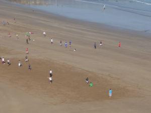 Maročania hrajú futbal na pláži v Rabate