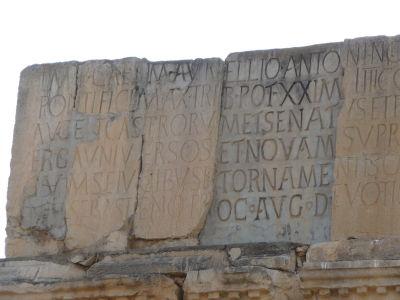 Nápis na Caracallovom oblúku, popisujúci cisára ako aj zhotoviteľa