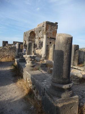 Caracallov oblúk, slúžiaci aj ako jedna z brán mesta na konci ulice Decumanus Maximus