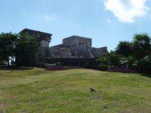 Vľavo Chrám zostupujúceho boha, v strede El Castillo