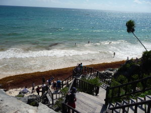 Pláž pod ruinami El Castilla