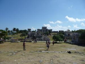 Starobylé mayské mesto v Tulume - V strede hore El Castillo, vľavo Chrám zostupujúceho boha, v strede dolu Palác, vpravo Chrám fresiek