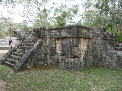 Malá pyramída s reliéfmi