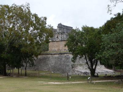 Zvyšky budov v Chichén Itzá - Casa Colorada