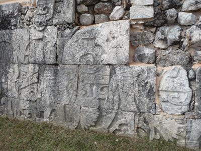 Ihrisko pre loptovú hru (Juego de Pelota) - Reliéfy