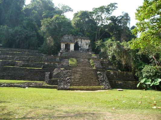 Chrám lebky (Templo de la Calavera) v Palenque - Chrám je pomenovaný podľa lebky (zrejme králika) vytesanej v jednom z vchodov. Chrám bol kedysi bohato zdobený červenou a modrou farbou