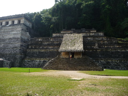 Chrám Červenej kráľovnej (El Templo de la Reina Roja) v Palenque, taktiež označovaný ako chrám číslo 13 (XIII) - chrám je pomenovaný podľa červeného sarkofágu, v ktorom boli nájdené pozostatky mayskej aristokratky