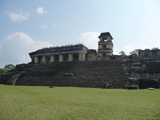 Palác (El Palácio) s pozorovateľňou v Palenque - Palác leží uprostred mesta a slúžil pri rôznych udalostiach a ceremoniáloch mayskej aristokracie