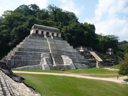 Vľavo Chrám nápisov (Templo de las Inscripciones) v Palenque - najdôležitejší chrám celého náleziska. Napravo od neho Hrobka Červenej kráľovnej (Templo de la Reina Roja), v ktorej boli nájdete pozostatky ženy patriacej k mayskej najvyššej aristokracii